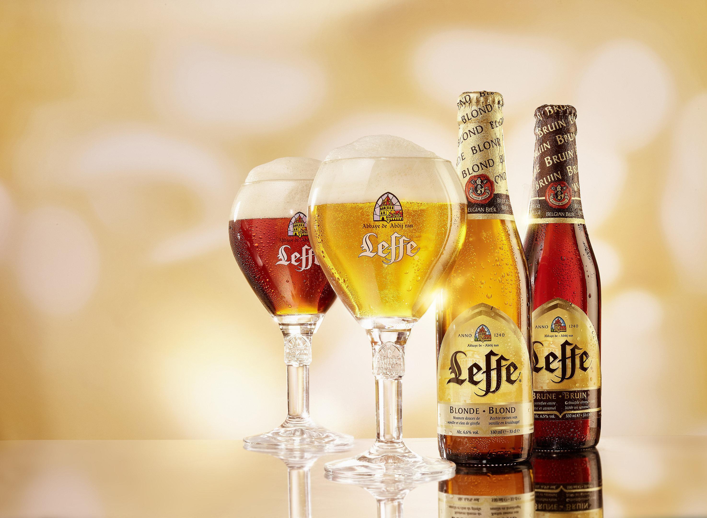 Leffe blonde und brune Flaschen und Gläser