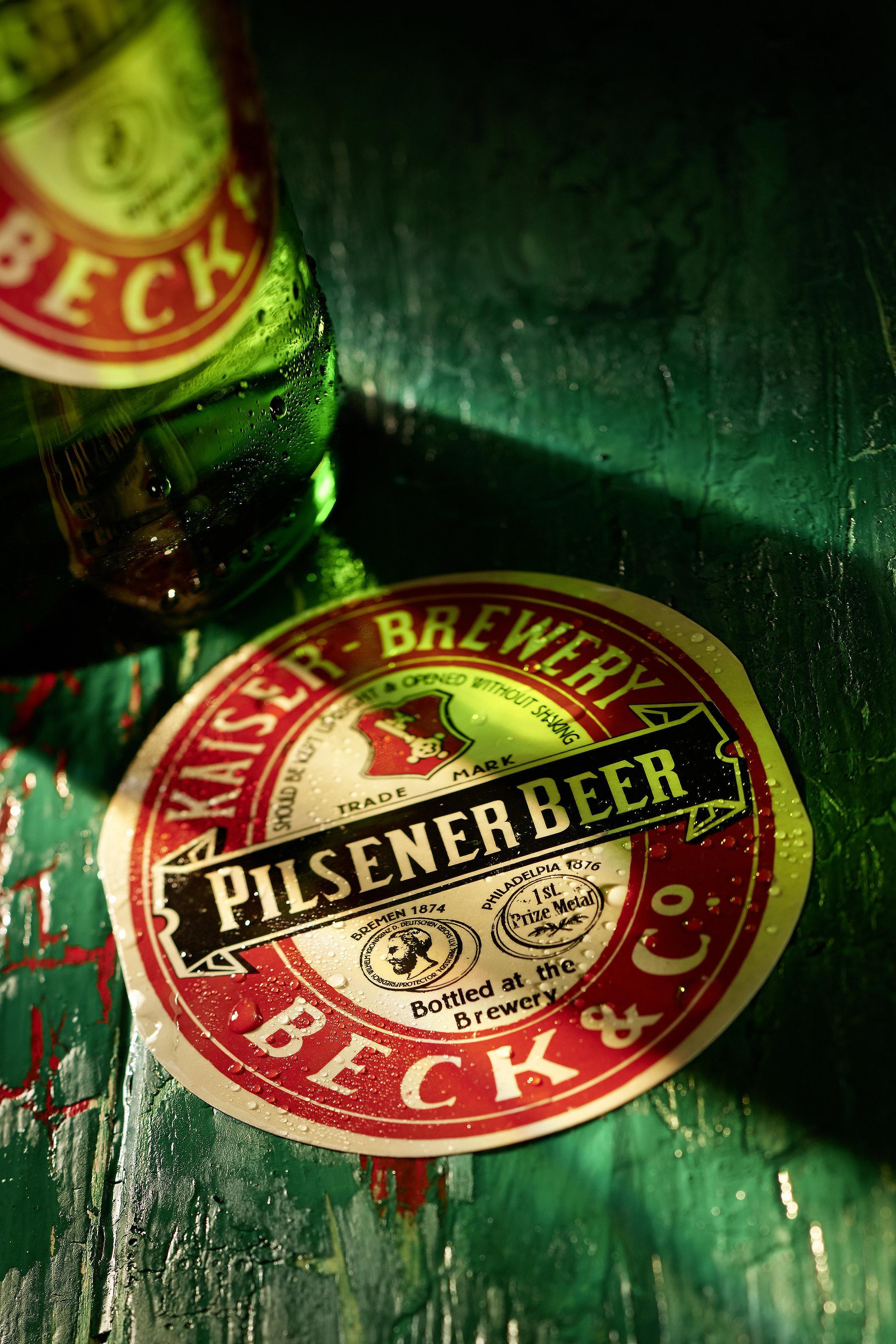 Becks Pilsener Etikett auf rustikalem Hintergrund