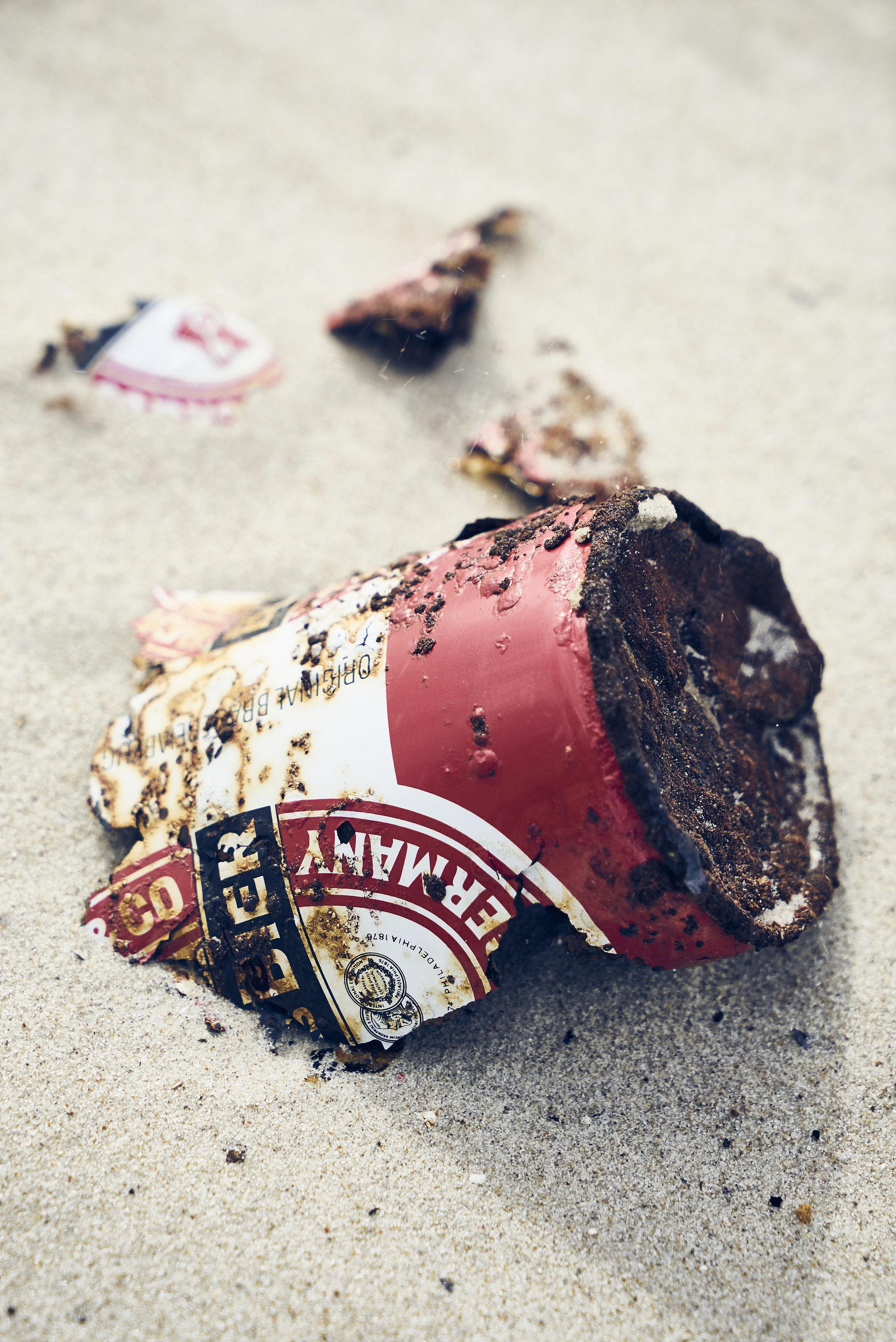 Becks Bierdose verrostet in Einzelteilen im Sand