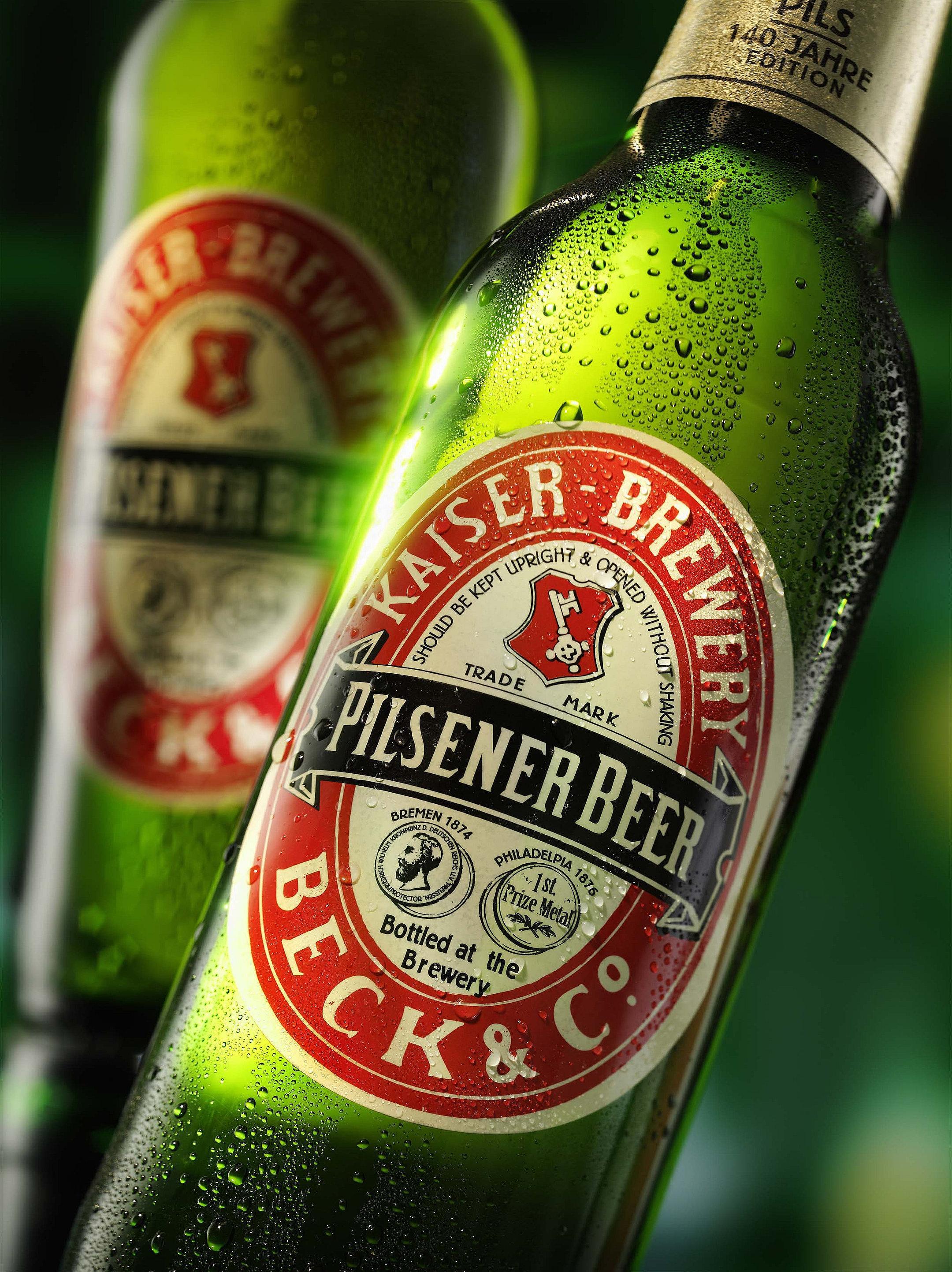 zwei Bierflaschen der Kaiserbrauerei