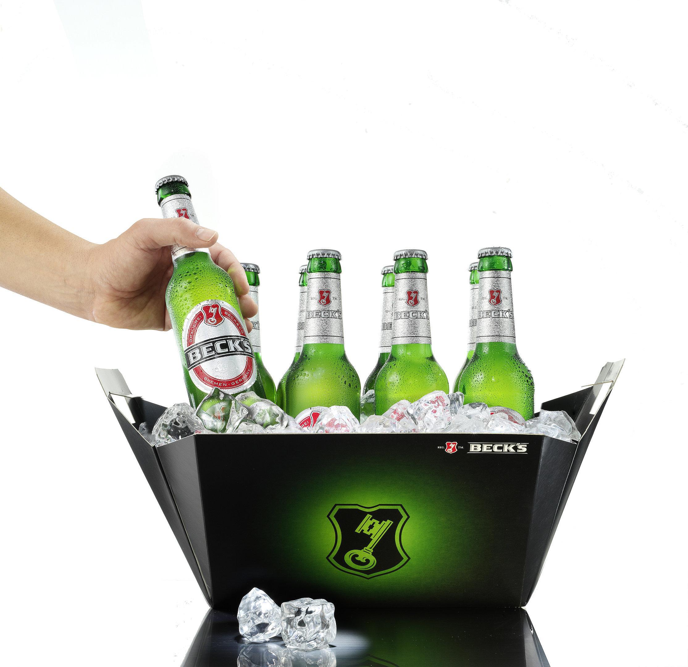 Bierschaum fließt außen an einem Bierglas herunter