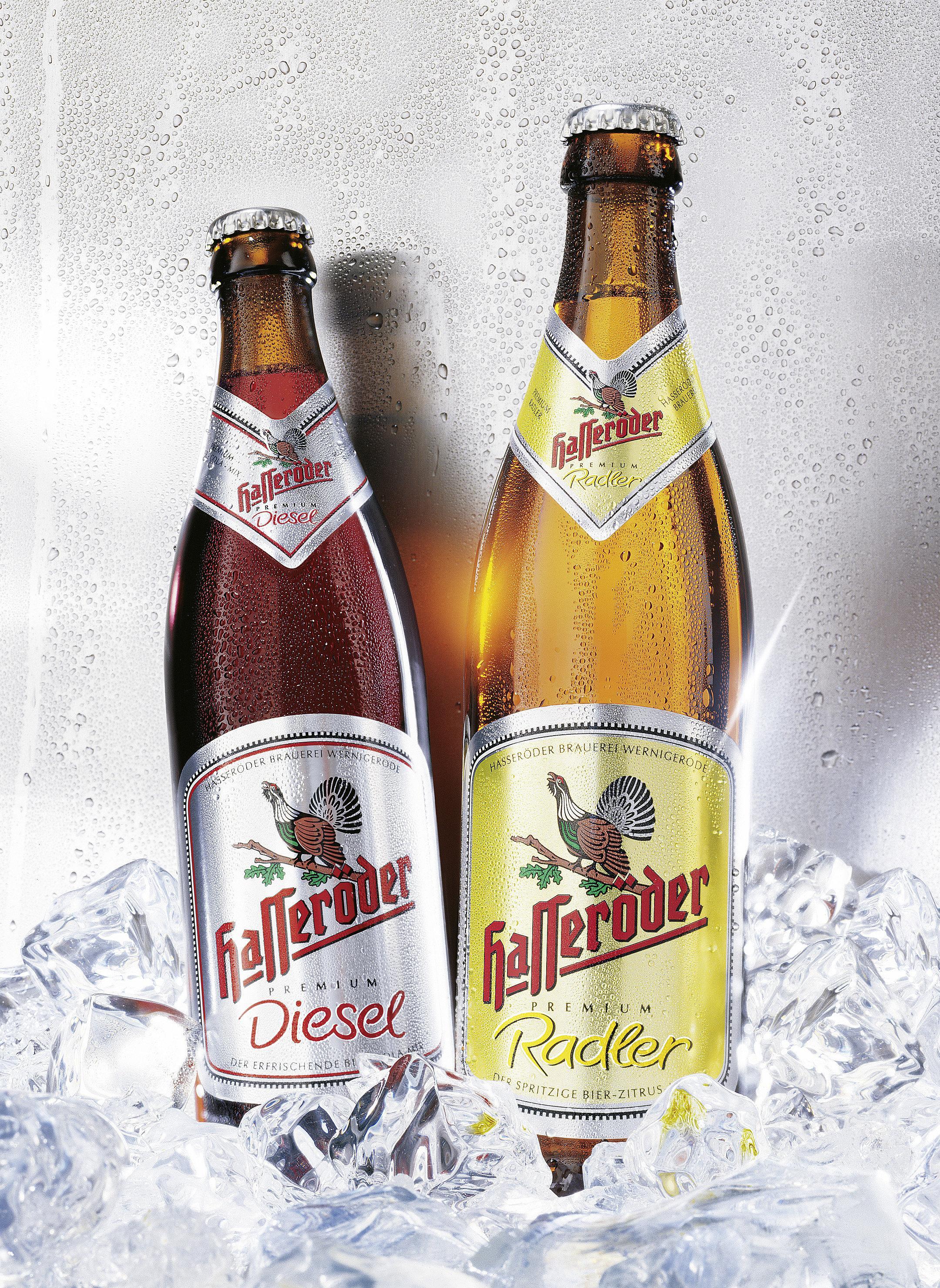 Hasserröder Pilsener Mixgetränke Diesel und Radler in Eiswürfelbett gekühlt vor betautem silbernem Hintergrund