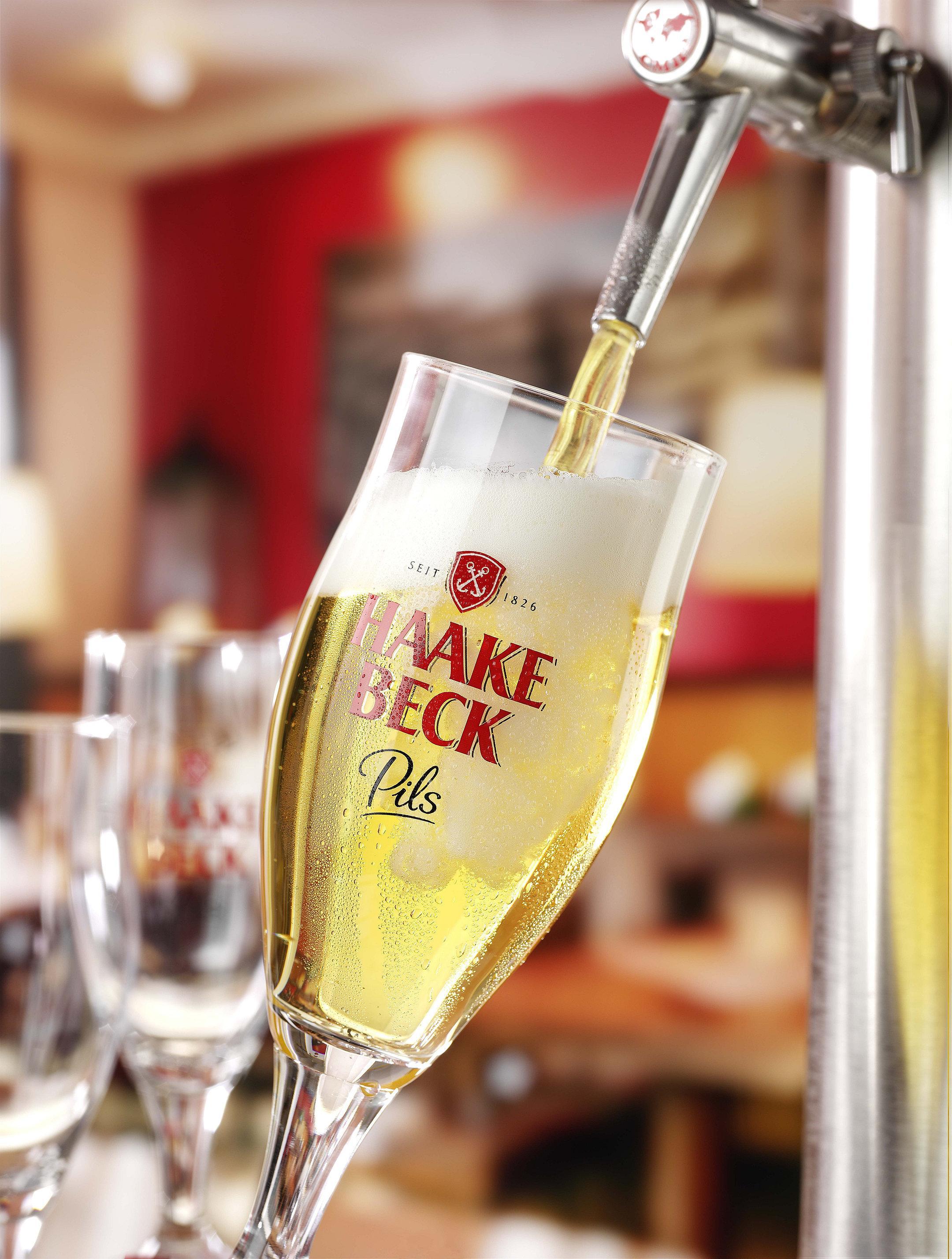 Haake Beck Pils Glas wird gezapft