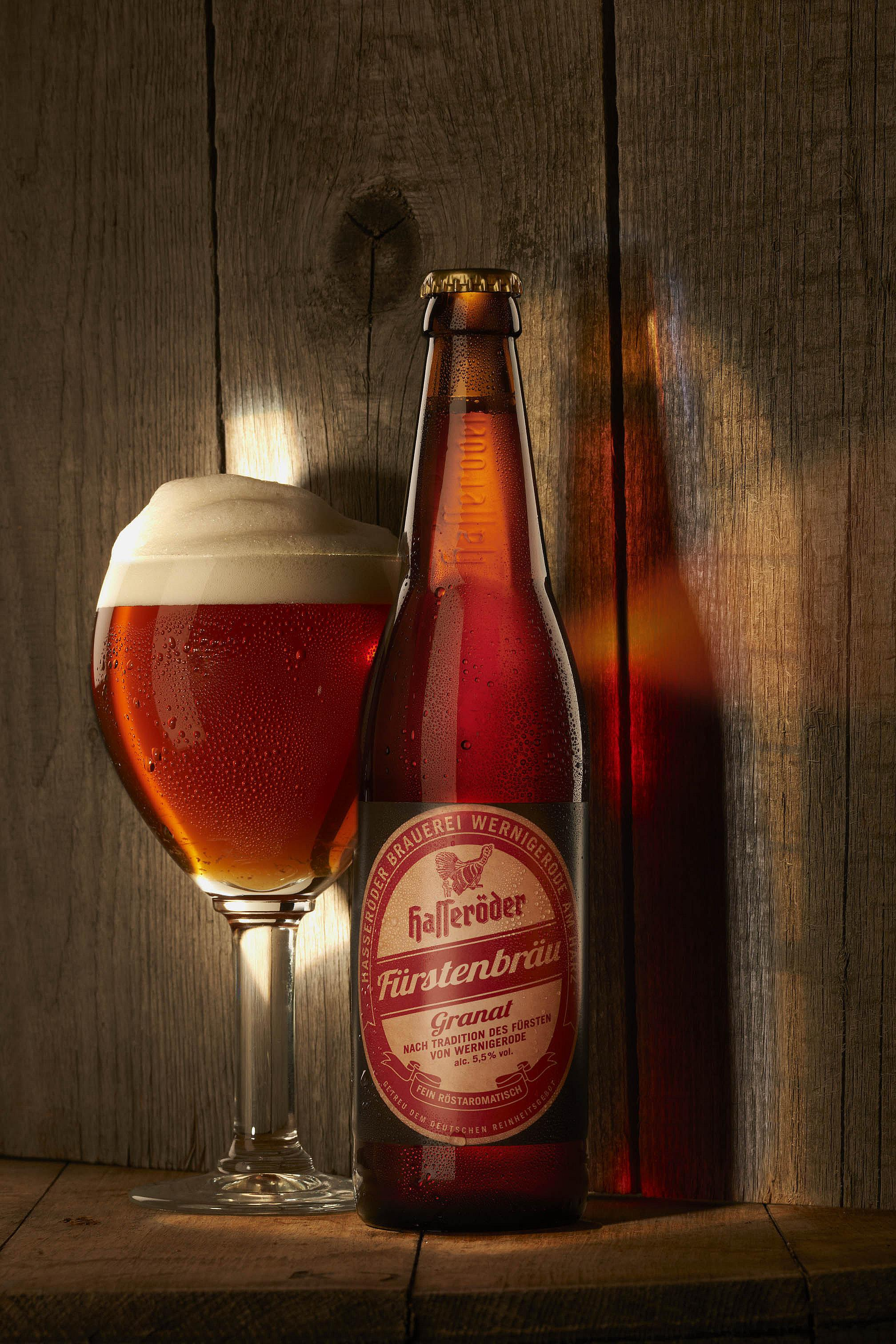 Hasseröder Fürstenbräu Glas und Flasche vor einem rustikalen Holzuntergrund