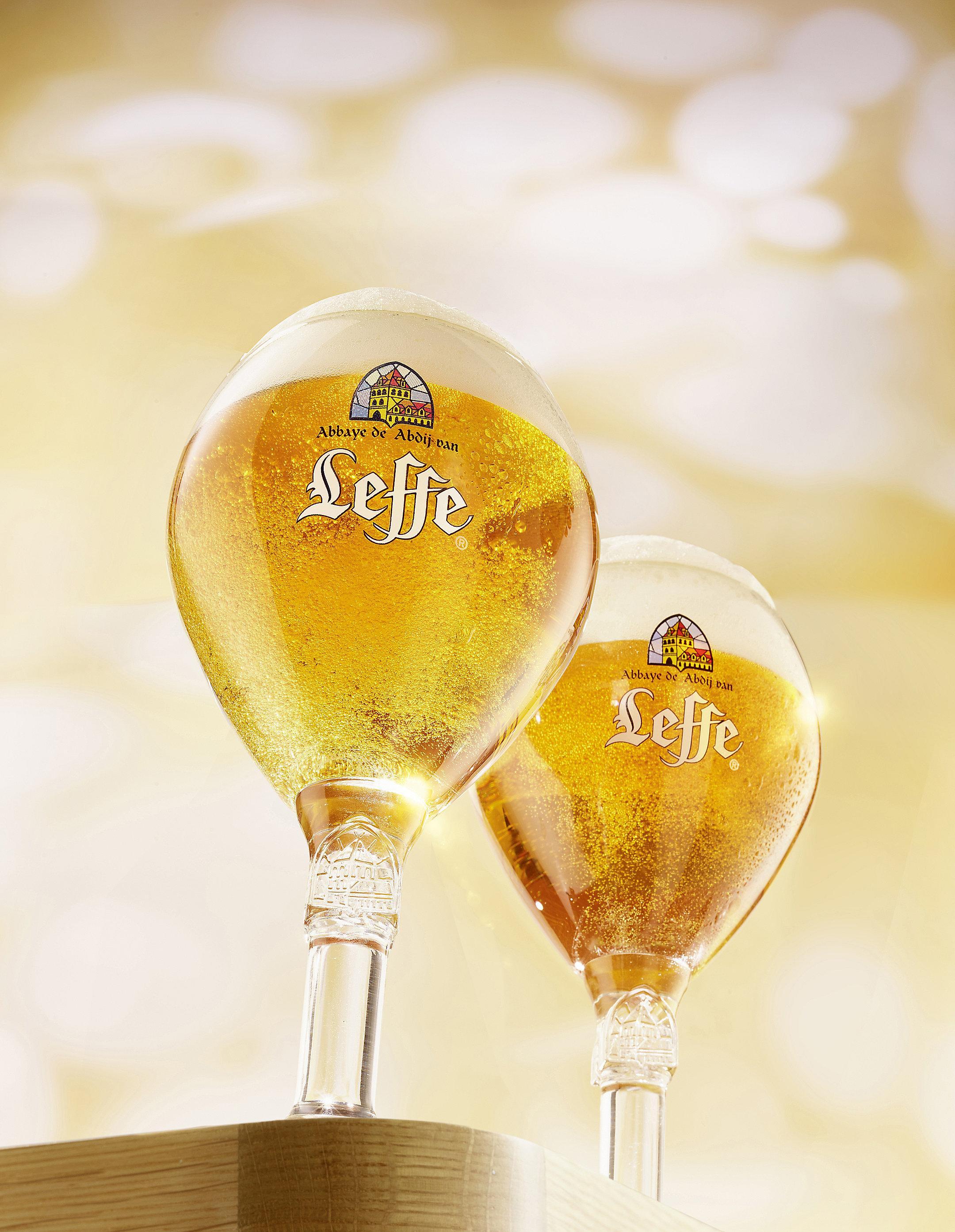 zwei Leffe Gläser mit Luftblässchen im Glas mit starker Untersicht